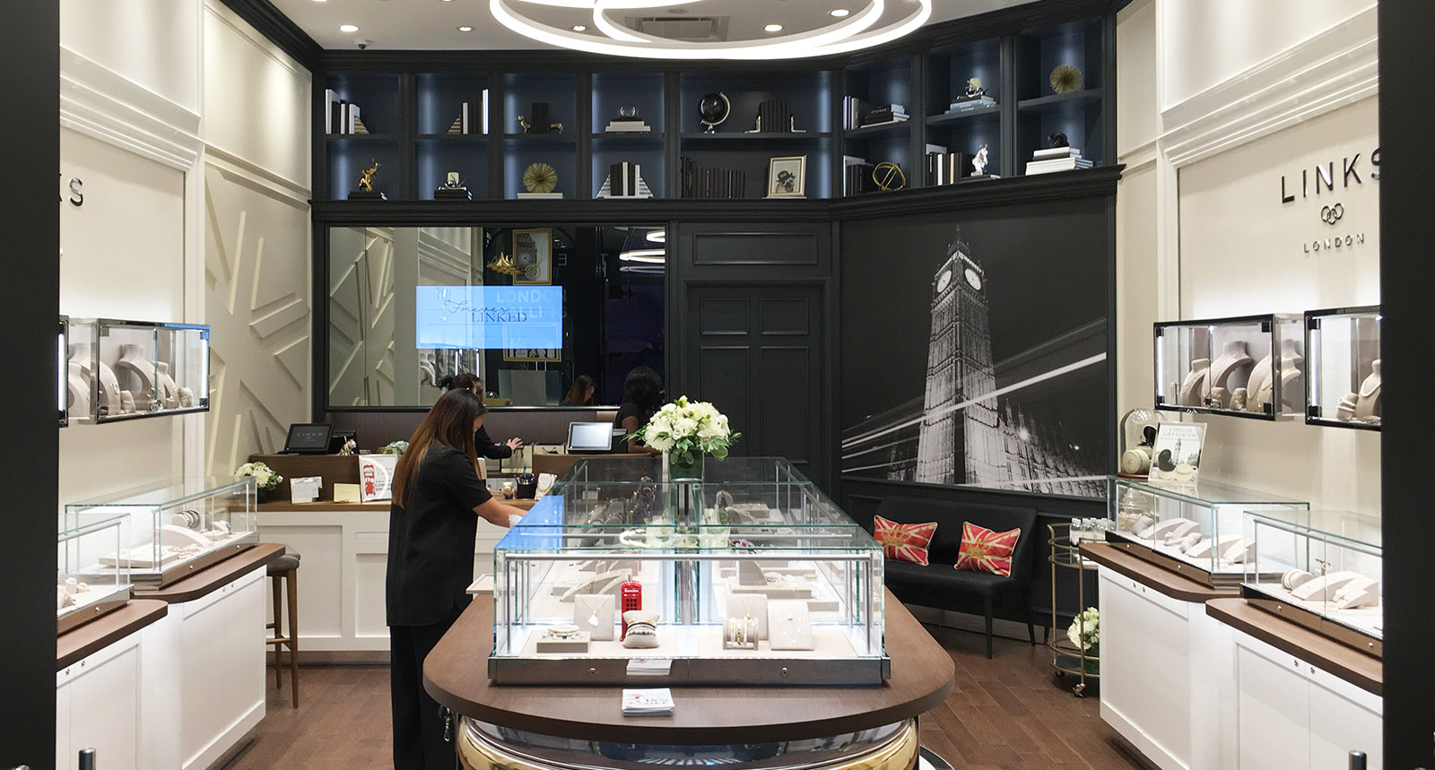 Links of London Store with People